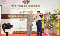Thầy thuốc ưu tú, dược sĩ Chuyên khoa 2 – Ông: Nguyễn Đức Đoàn – Chủ tịch Hội nam y Việt Nam (tay trái).