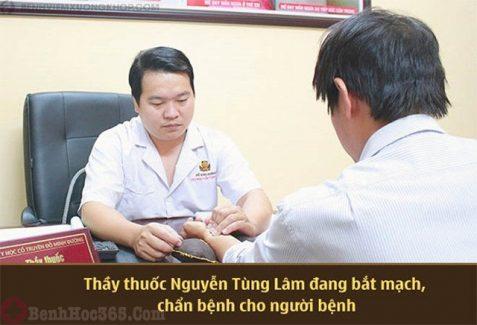 BS Lâm thăm khám bệnh cho bệnh nhân