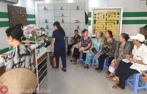 Phòng khám của bác sĩ lúc nào cũng đông bệnh nhân từ nhiều địa phương