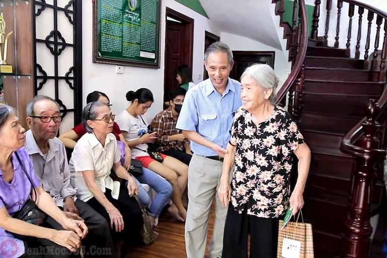 Trung tâm Thuốc dân tộc là một trong những cơ sở y tế điều trị bằng Đông y đông khách nhất hiện nay