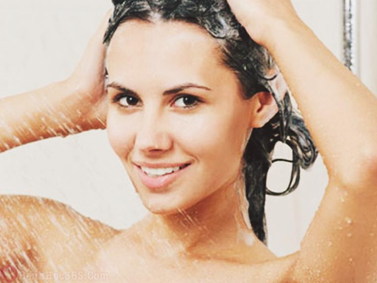 Gội đầu sạch sẽ để đảm bảo thực hiện phương pháp được an toàn