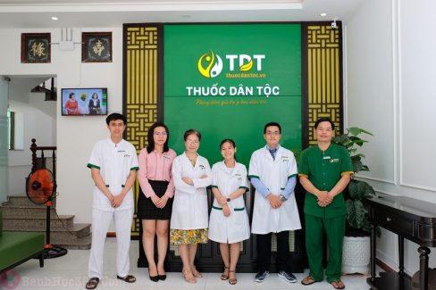 Bác sĩ Phương Mai (thứ 3 từ trái qua phải) chụp ảnh cùng đồng nghiệp