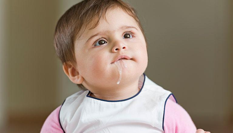Sau khi bú trẻ nhỏ hay bị ợ hơi, đặc biệt là trong 3 tháng đầu đời