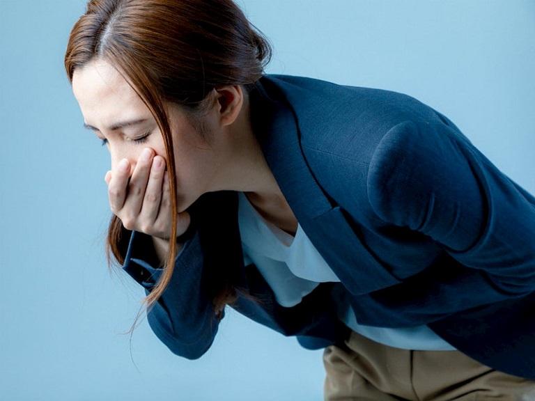 người bệnh có thể bị nôn ra máu có màu đỏ tươi hoặc chất cặn đen giống như bã cà phê